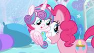 S06E01 Flurry trzyma się twarzy Pinkie Pie