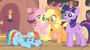 S04E07 Załamana Rainbow Dash leży na podłodze