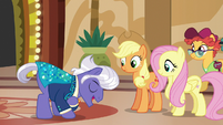 Gladmane bowing to Applejack and Fluttershy S6E20
