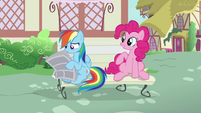 Rainbow takes newspaper away from Pinkie S7E18