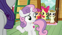 Sweetie Belle looks uncertain at her friends S7E6