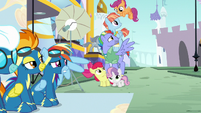 Scootaloo flutters to the top of the pyramid S7E7