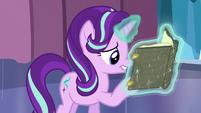 Starlight reads book before she shoots her magic beam S6E2