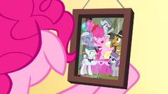 S04E12 Pinkie patrzy na zdjęcie swojej rodziny