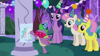 Spike plays Pin the Tail on the Pony S5E12