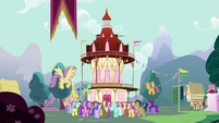 Crowd of ponies gathering in front of town hall S3E05