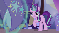 Starlight Glimmer levitates Trixie off the ground S7E24