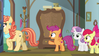 Scootaloo saying goodbye to her aunts S9E12