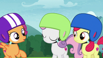 Sweetie Belle shakes her head at Scootaloo S7E6