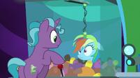 Hotel pony grabs Rainbow with claw machine S8E5