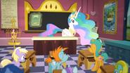 K16 Księżniczka Celestia pokazuje uczniom książkę