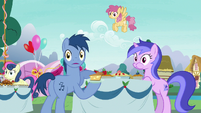 Noteworthy and Sea Swirl look at Pinkie S7E23