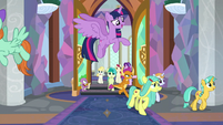 Twilight Sparkle flying over the students S8E1