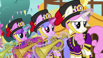 First row of trumpet blowers S7E15