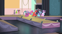 Ponies on stage S4E08