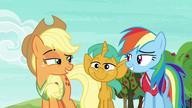 S06E18 Rainbow i Applejack wymieniają porozumiewawcze spojrzenie