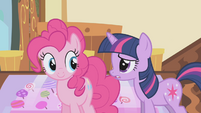 Twilight apologizing to Pinkie S1E05