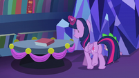 Twilight places the book back to the shelves S06E08