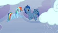 Rainbow gives a sign to a Pegasus pony S5E5