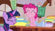 S07E23 Twilight rozbawiona zachowaniem Pinkie Pie