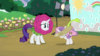 Sweetie Belle removing her costume S7E6