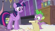 S04E01 Twilight i Spike sprawdzają listę rzeczy do zrobienia