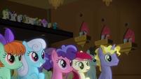 Ponies listen to DJ Pon-3 and Octavia S9E20