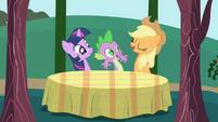 S01E01 Applejack, Twilight i Spike przy stole