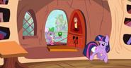 S03E11 Spike'owi noga nachodzi na brzuch.