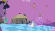 S04E02 Celestia i Luna oraz Discord odwrócony do nich tyłem i siedzący na swoim tronie