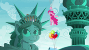 S06E03 Pinkie lata na balonach