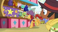Appleloosan mare playing horseshoes S9E22