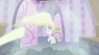 Pony tosses their towel at Sweetie Belle S9E23