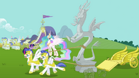 Royal guards pull Discord's statue S03E10