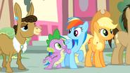 S04E12 Spike szturcha Rainbow Dash