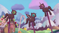 Gingerbread ponies arguing S5E20