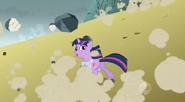 S01E07 Twilight ucieka przed spadającymi skałami
