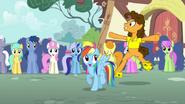 S04E12 Cheese Sandwich tańczy wokół Rainbow Dash