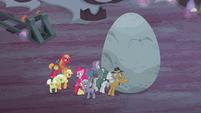 Apples help Pies push the boulder S5E20
