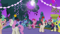 Everypony having fun at the party S5E12