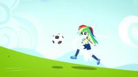 Rainbow Dash running toward the goal SS4