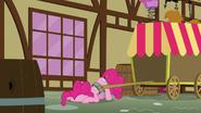 S05E19 Pinkie z głową na ziemi