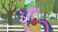 Spike tossing an apple S01E03