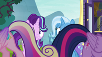 Twilight and Cadance do a little shake S8E19