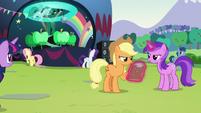 Applejack checking clipboard S5E24