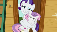 Rarity hugging Sweetie Belle tightly S7E6