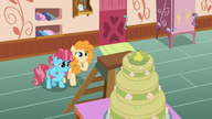 S07E13 Chiffon Swirl i Pear Butter podziwiają ciasto, które upiekły