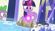 S07E25 Twilight ilustruje, jak filary i Kucyk Ciemności utknęli w otchłani