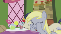 Derpy puts hooves on her face S5E9
