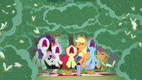 Fly-ders swarm around the screaming ponies S7E16